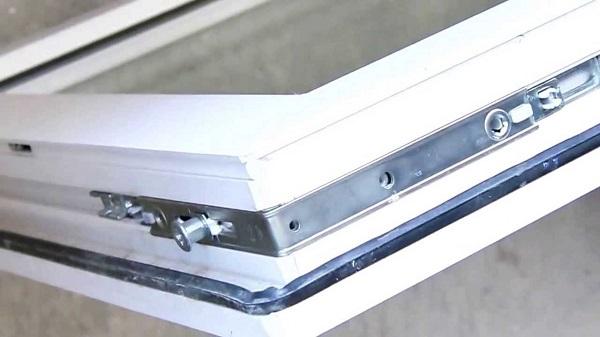 угловой переключатель пластикового окна