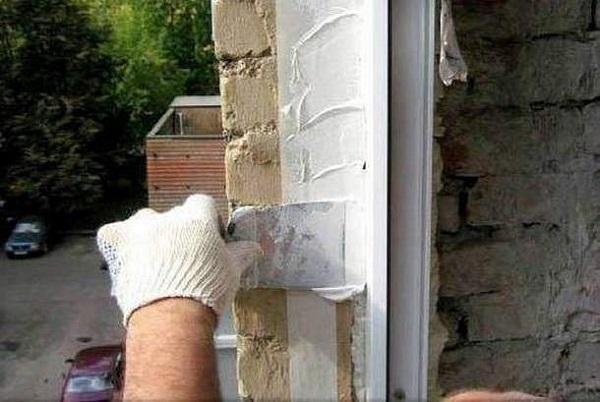 нанесение герметика стиз а на стык окна