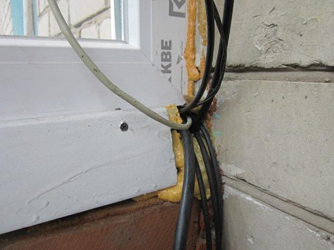 заводим кабель на балкон через раму