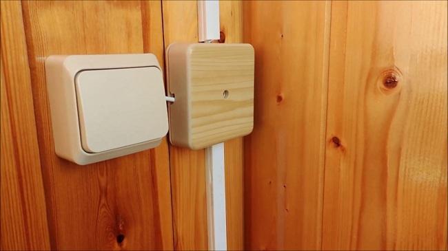 выключатель открытого типа на балконе