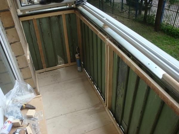 мотаж обрешетки парапета на балконе