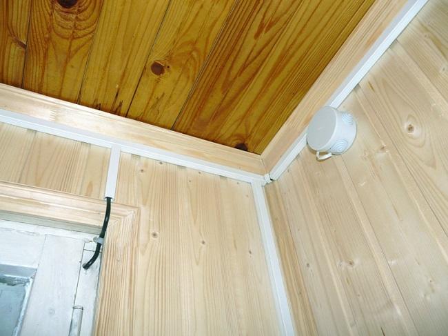 открытая проводка на балконе в коробах