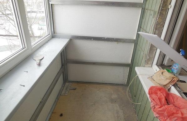 монтаж обрешетки из оцинкованного профиля на балкон