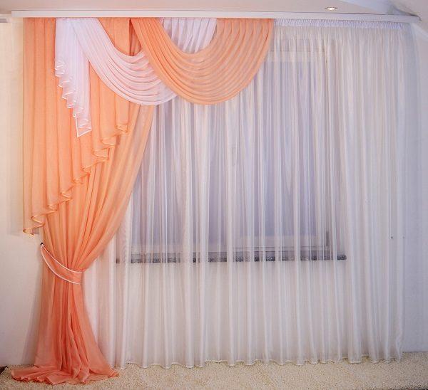 Как оформить окно с балконом в гостиной