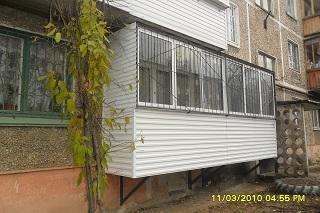 фото: подвесной балкон на первом этаже