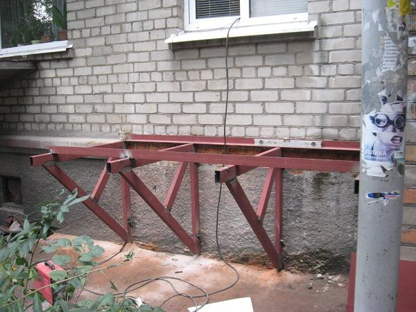 фото: монтаж балкона на кронштейнах