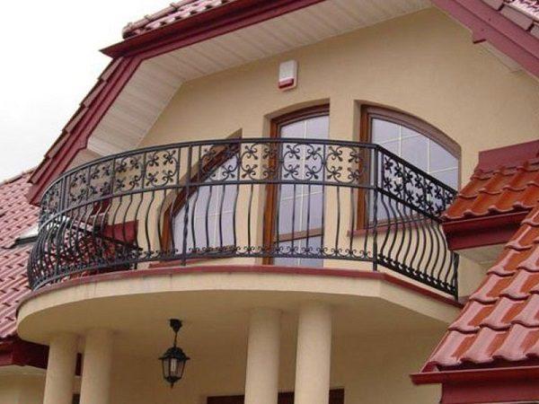 Балкон над крыльцом в частном доме
