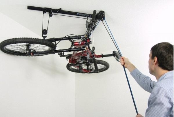 фото: хранение велосипеда на потолке