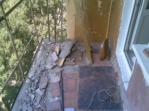 фото: очистка балконной плиты от плитки