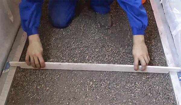 фото: выравнивание сухой стяжки на балконе правилом