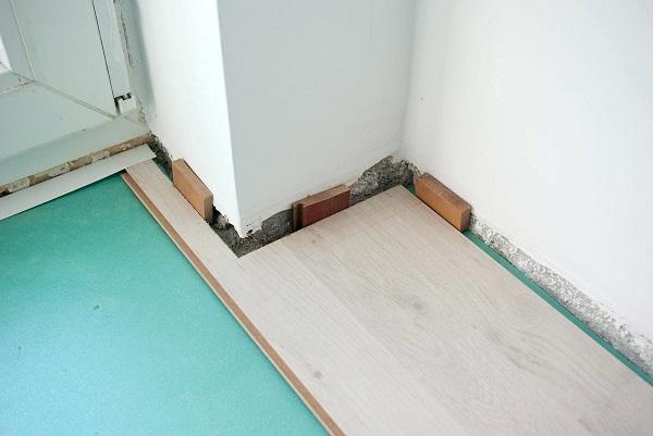 фото: отступ от стены ламината