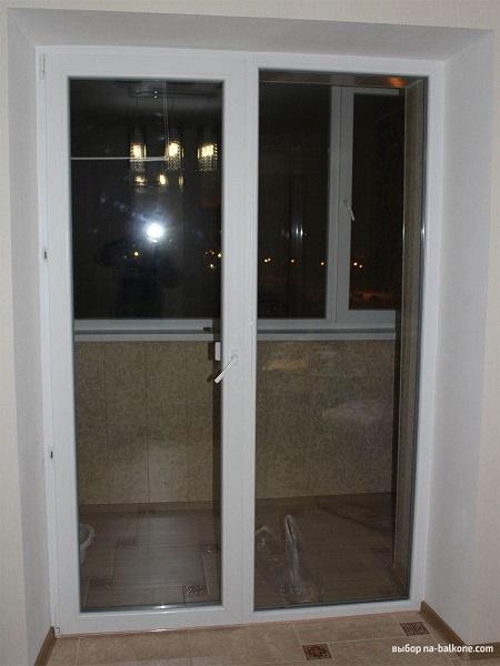 фото: двустворчатая балконная дверь