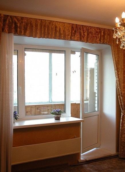 фото: распашной механизм открывания балконной двери
