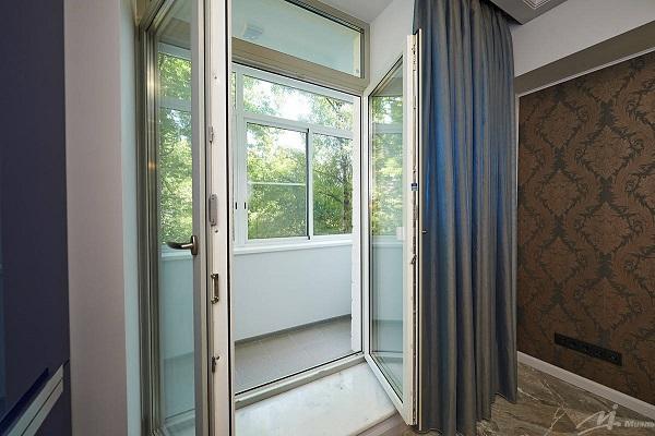 фото: Двустворчатая застекленная с горизонтальной перемычкой балконная дверь
