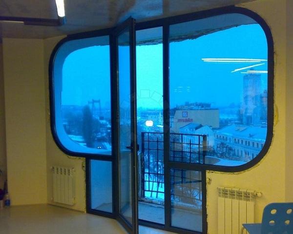 фото: алюминиевая балконная дверь