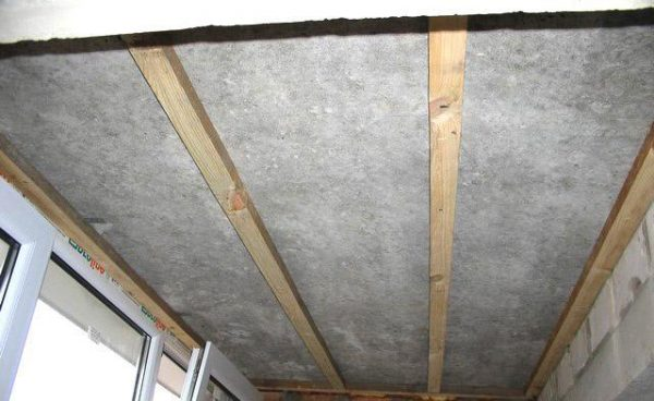 фото: обрешетка потолка балкона