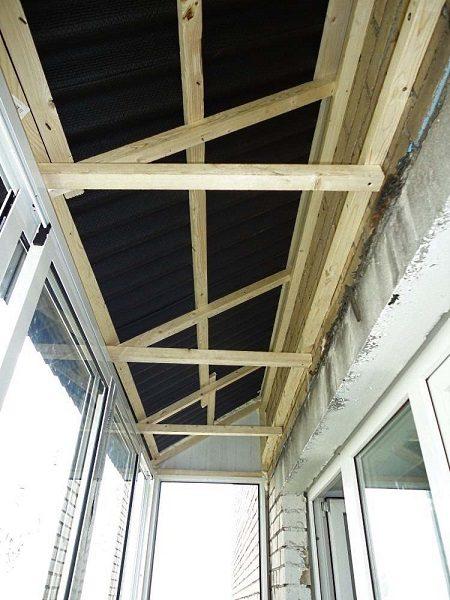 каркас крыши балкона из деревянного бруса