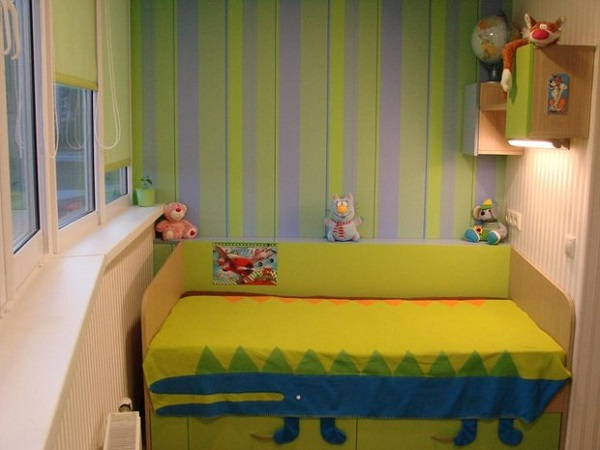 детская кровать на балконе