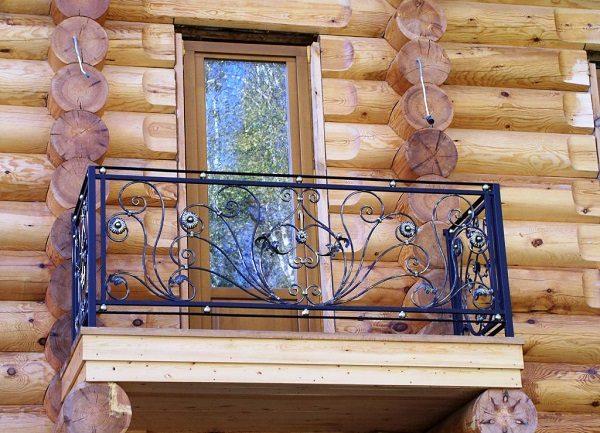 кованные перила на открытом балконе