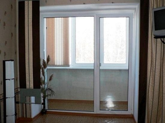 стеклянная дверь на выход на балкон