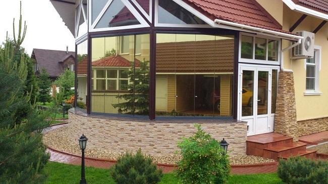 Золотая зеркальная плёнка загородном доме
