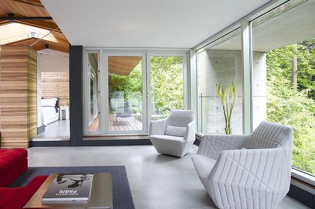 дизайн интерьера загородного дома с окнами в пол