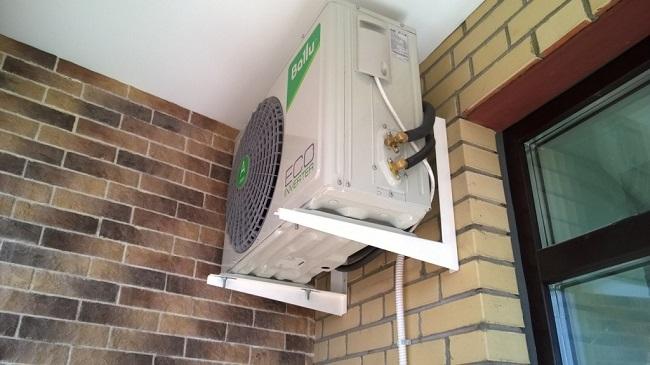 внешний блок кондиционера внутри балкона