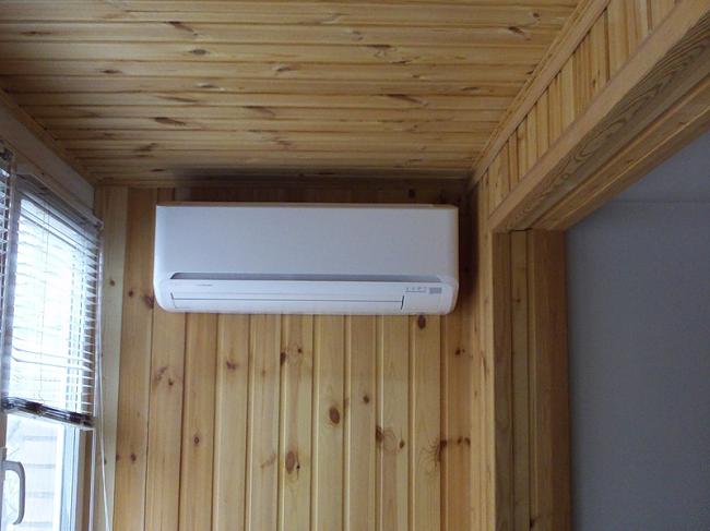внутренний блок сплит системы на балконе