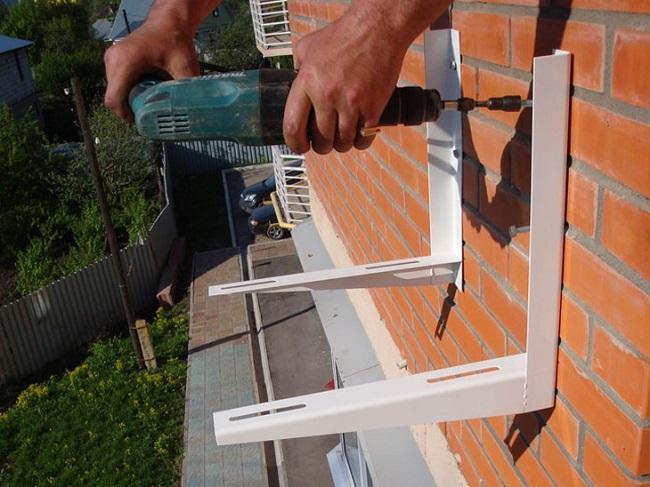 монтаж кронштейнов снаружи балкона