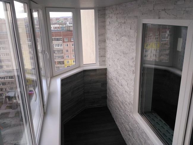Отделка балкона декоративным камнем и ламинатом