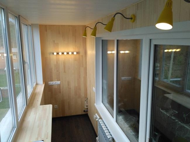 интерьер балкона с вагонкой