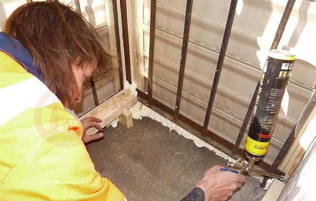 заделка щелей пеной монтажной на балконе