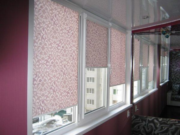 фото: рулонные шторы на балконе