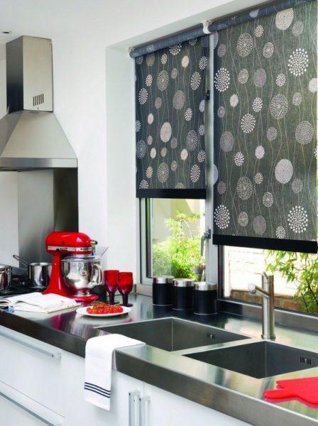 фото: рулонные шторы на кухне
