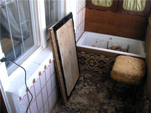 фото: ящик из старого холодильника