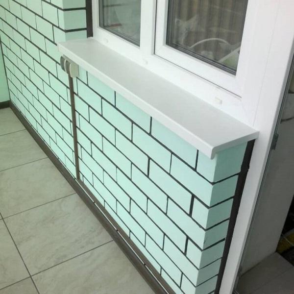 фото: покраска кирпичной стены балкона