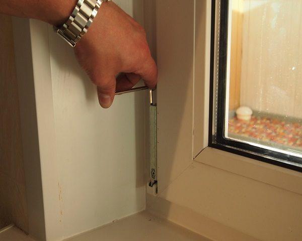 фото: регулировка нижней петли балконной двери