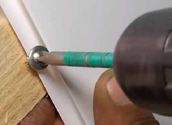 крепим пластиковые панели к стене саморезами