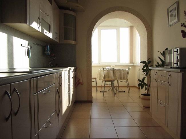 кухня с аркой на балкон