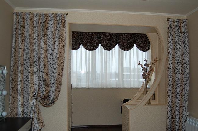 декоративные шторы на арку в гостинной