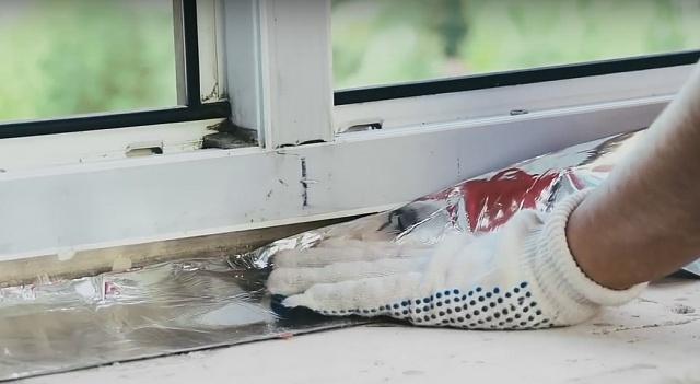 монтаж бутиловой ленты под подоконник