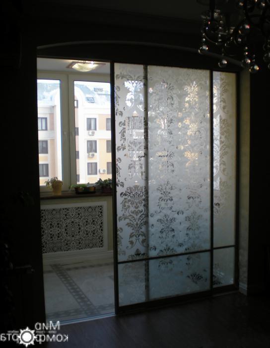 балконная дверь с декоративными вставками