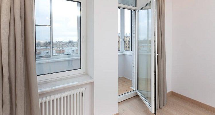 как выбрать стеклянную дверь на балкон