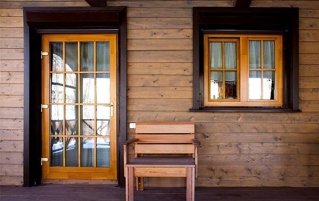 деревянные окна в интерьере дома из бруса