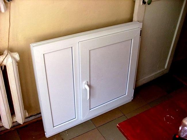 металлопластиковая рама с дверцей для холодильника под окном