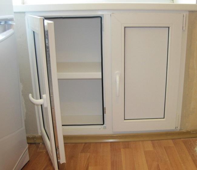 холодильник под окном из металлопластиковой конструкции
