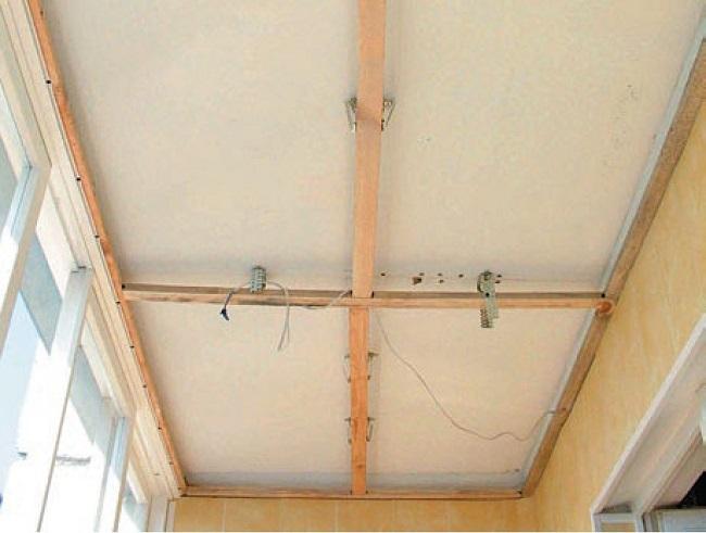 крепление поперечных брусков к потолку