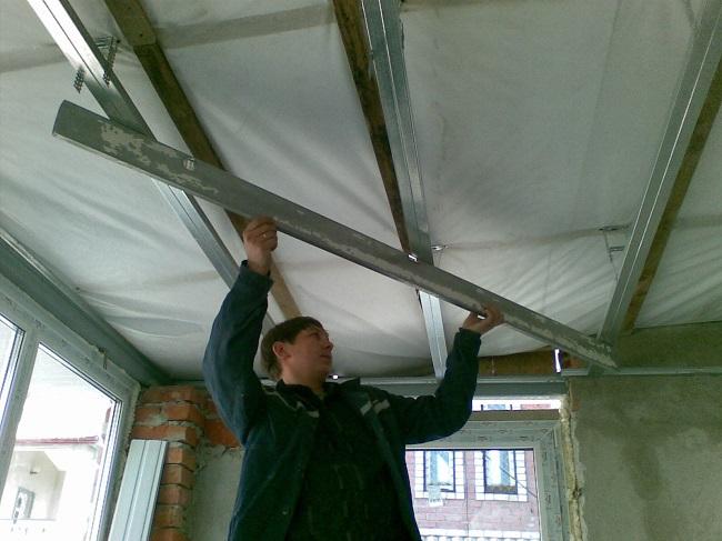 проверка плоскости потолка строительным правилом