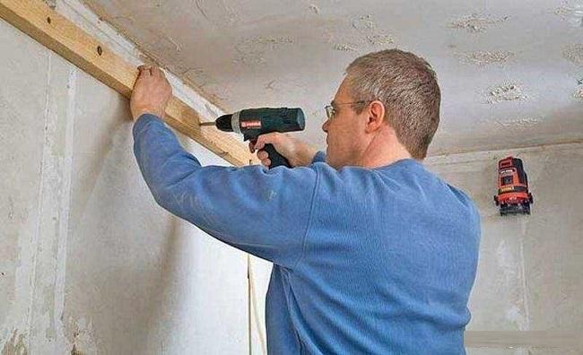 крепим бруски по периметру потолка