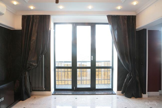 черные окна с темными шторами